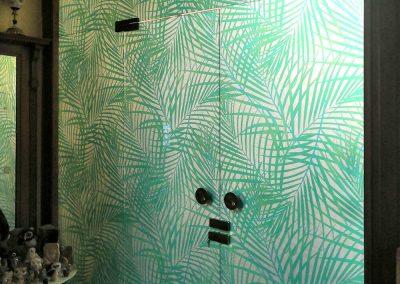 Vetrata con porta decorata con satinato stampato
