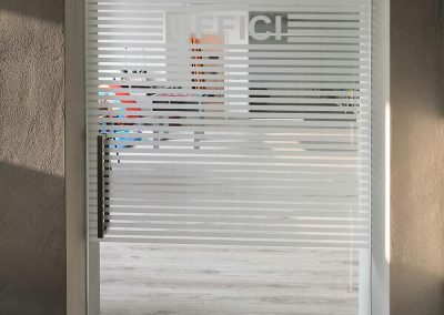 Porta in vetro decorata con satinato
